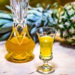 Rozgrzewająca nalewka ananasowa z imbirem i przyprawami najlepiej smakuje zimą.