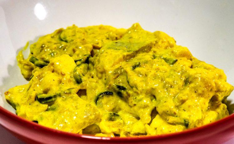 Śledź curry należy do kanonu duńskiej kuchni. Duński przepis na śledzie w sosie curry.
